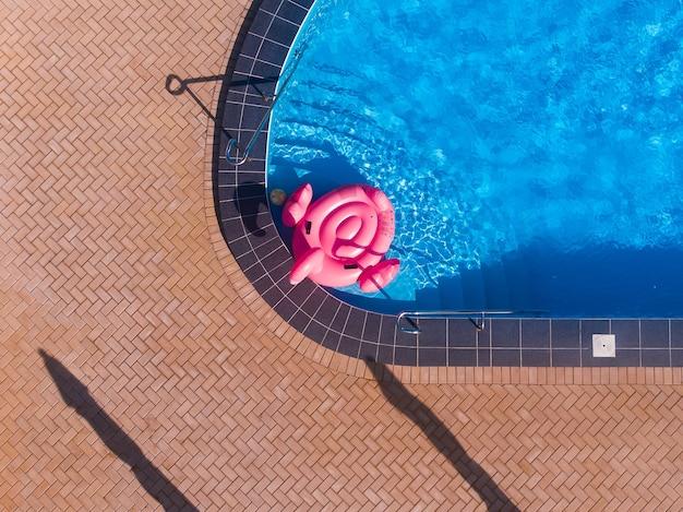 플라밍고 수영장은 호텔 수영장의 푸른 물에 뜨고, 위에서 본 드론 탑