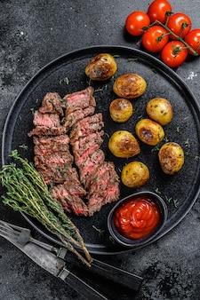 Мясо на гриле по бокам стейк из говядины с жареным картофелем