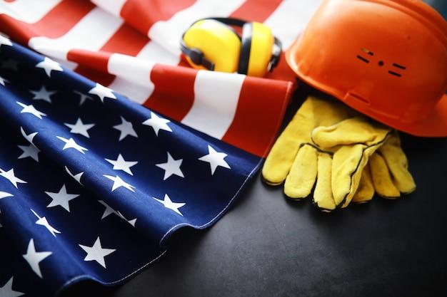 파도와 함께 플래그 미국을 펄럭입니다. 현충일 또는 7월 4일 미국 국기. 어두운 배경에 미국 국기의 근접 촬영
