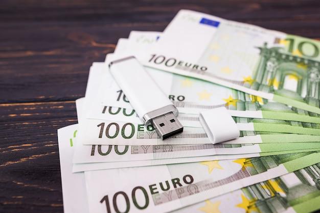 Флешка на фоне банкнот евро