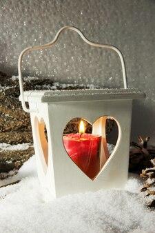 明るい背景にフラッシュライトとクリスマスの装飾