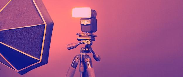Вспышка на штативе в студийном производстве для профессионального фотографа, снимающего фото