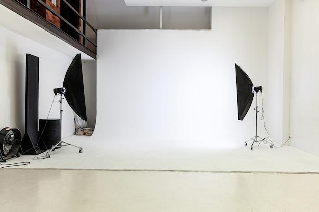 플래시 라이트, 스튜디오 촬영을 위해 준비된 흰색 배경 장면. 현대 사진 작가 스튜디오