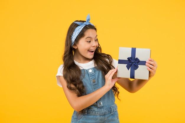 Скупка флеш-распродаж. летний ретро ребенок. счастливая девушка получила подарочную коробку. сюрприз для нее. с днем рождения подарок. детское счастье. концепция дня подарков. покупки для детей. награда и приз.