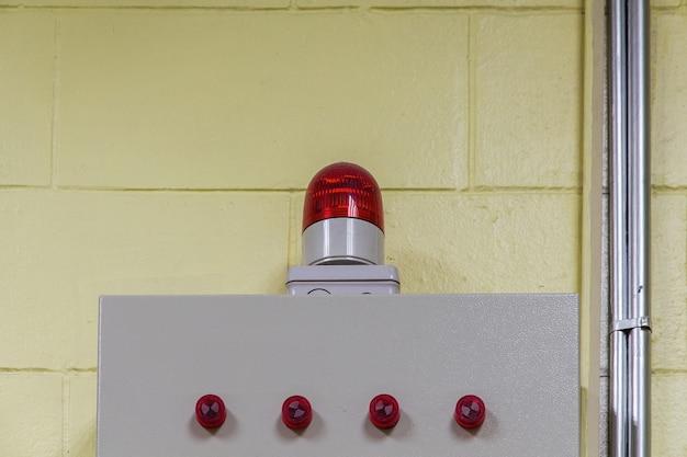 制御室、サイレンの壁に点滅するライト