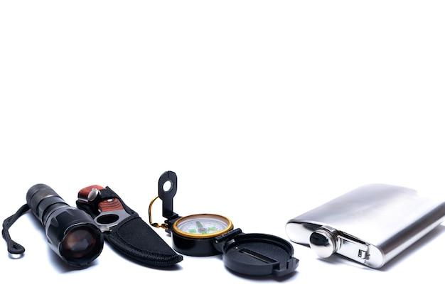 懐中電灯、コンパス、ナイフ、フラスコ、キャンペーンで生き残るためのツール
