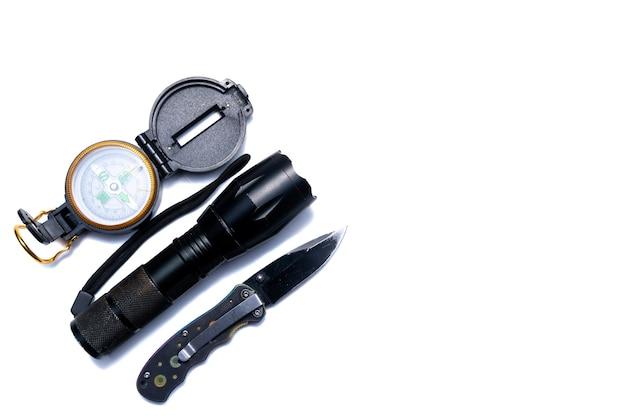 懐中電灯、コンパス、ナイフ、キャンペーンで生き残るためのツール