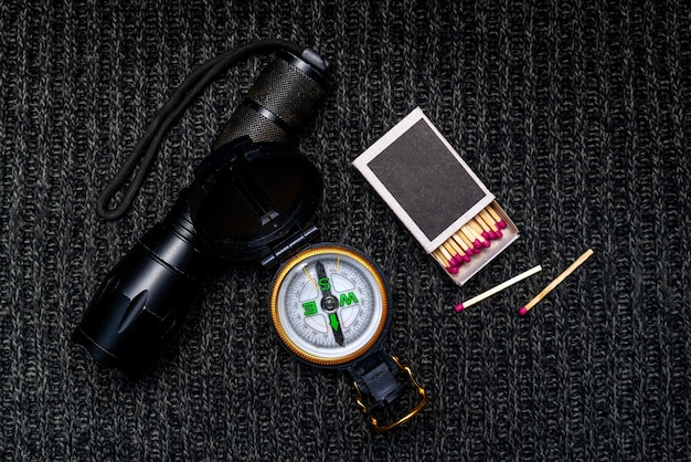 懐中電灯、コンパス、試合、キャンペーンで生き残るためのツール