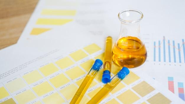 Колба и пробирки с мочой по медицинским цветовым схемам. понятие о лабораторных анализах, контроле рн.