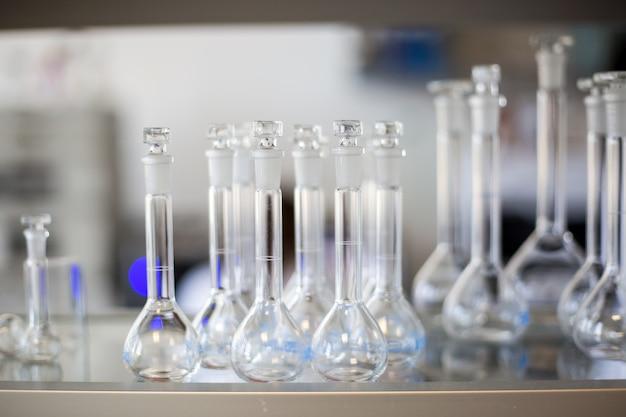 ラボ、製薬業界の工場、生産ラボ、化学の概念における液体のフラスコ