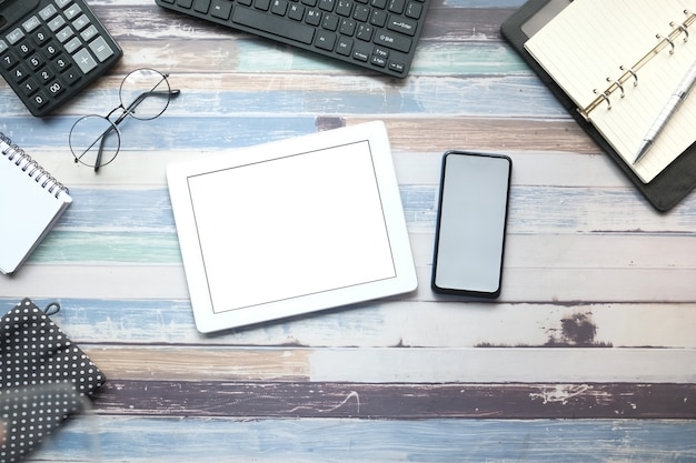 Плоский состав цифрового планшета и стационарного офиса на черном фоне.