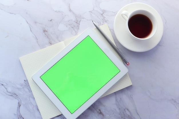 Плоская композиция цифрового планшета и офиса на фоне плитки