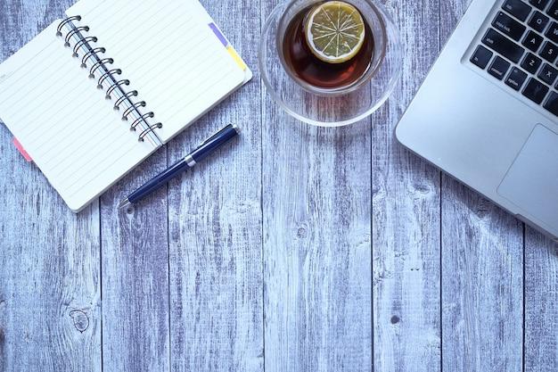 검은 책상에 고정 된 노트북 및 사무실의 평면 구성