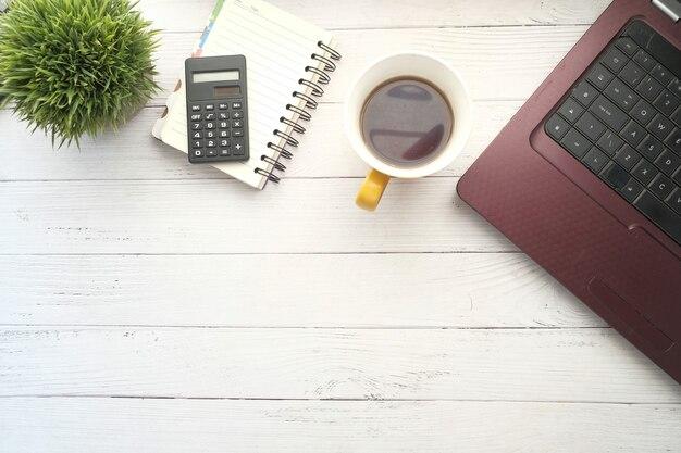 Плоская композиция ноутбука и канцелярских принадлежностей на офисном столе