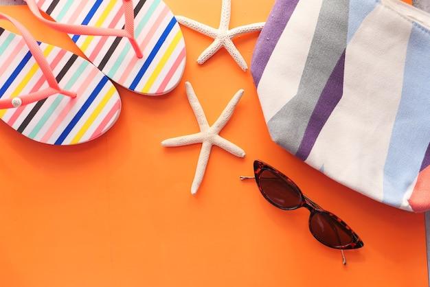 Плоская композиция летних пляжных аксессуаров