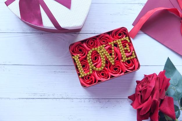 コピースペースが付いているテーブルの上のバレンタインデーの贈り物の平らな構成