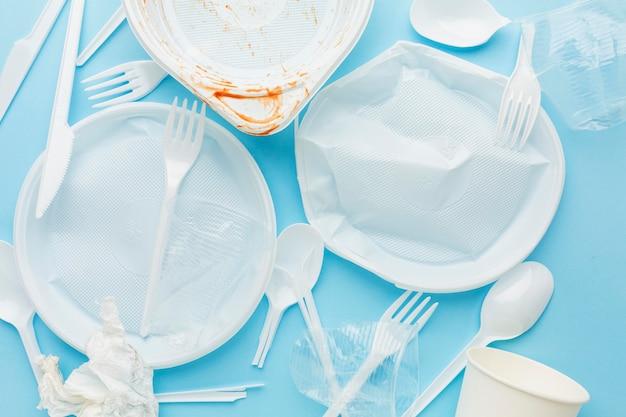 汚れたプラスチック廃棄物のフラットなデザインの配置