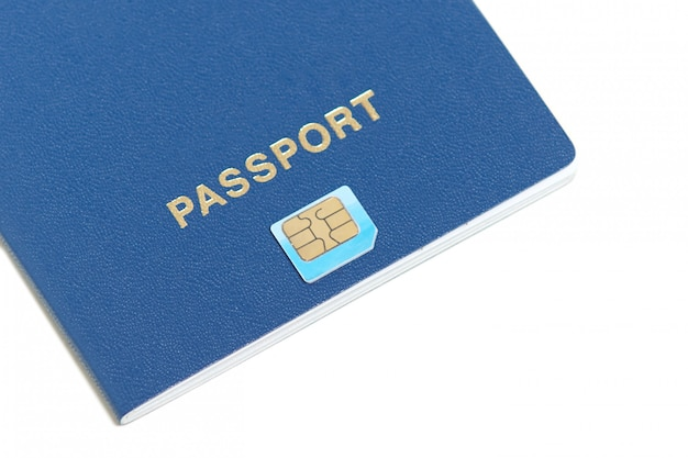 テキストのコピースペースを白の上に横たわるチップアイコンとパスポートのフラットなデザイン。旅行用の生体認証パスポートid。電子識別チップ。