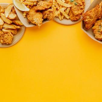 Piatto di pesce e patatine fritte con copia spazio
