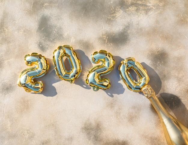Новогодняя композиция flat lay. фольгированные шары в виде цифр 2020.