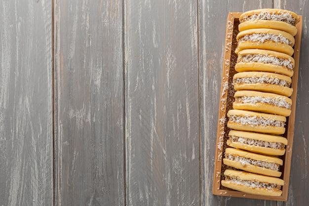Lay piatto di biscotti alfajores con copia spazio