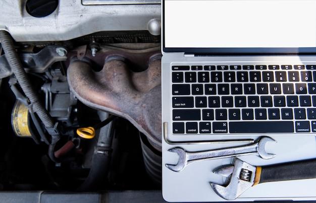 フラットレイアウトアングルビュー車のコンピューター診断コンセプト車のケア、エンジンメンテナンス、車両の安全システムをチェック