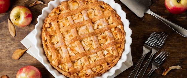 Lay piatto di torta di mele per il ringraziamento con foglie di autunno
