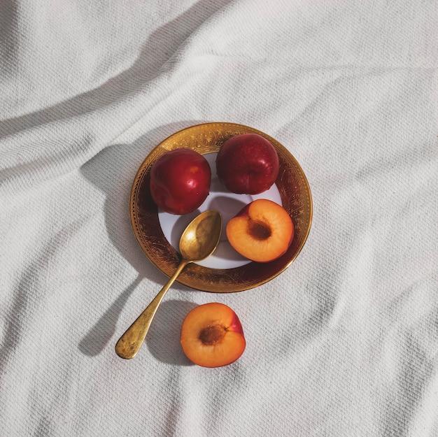 Albicocche piatte laici sulla disposizione del piatto