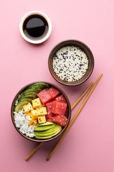 Disposizione piatta della deliziosa ciotola di poke