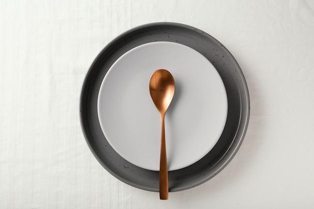 테이블에 아름다운 식기의 평평한 배치