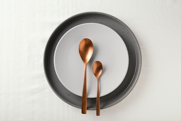 テーブルの上に美しい食器を平らに並べる
