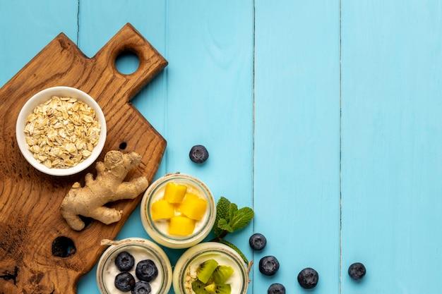 ヨーグルトとおいしい朝食の食事のフラットレイアレンジメント