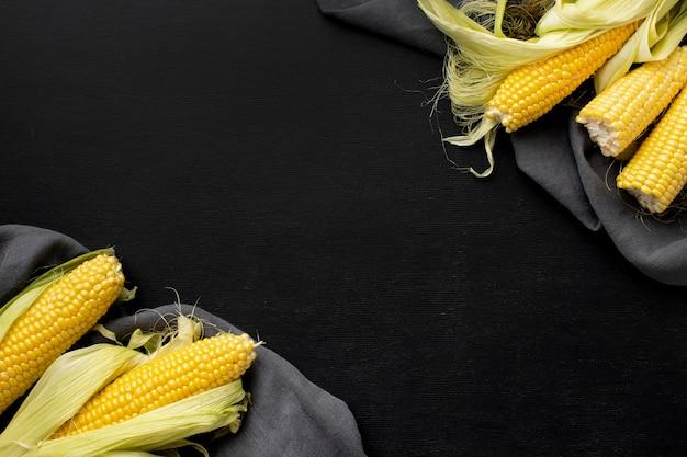 コピースペース付きの美味しいトウモロコシのフラットレイ配置
