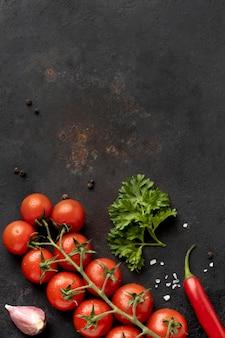 コピースペース付きのおいしいフレッシュトマトのフラットレイアウトの配置