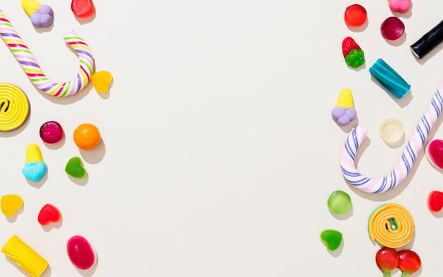 コピースペースと異なる色のキャンディーのフラットレイアウトの配置