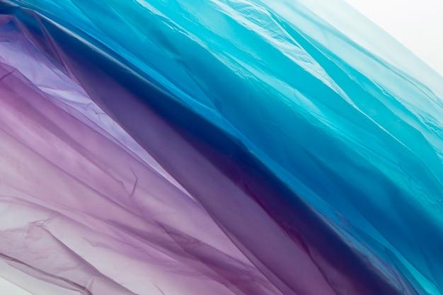 さまざまな色のビニール袋のフラットレイ配置