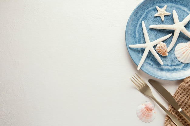コピースペースのあるエレガントな食器のフラットレイアレンジメント