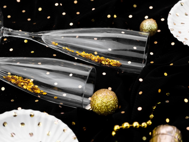 Плоская планировка бокалов с блеском для новогодней вечеринки