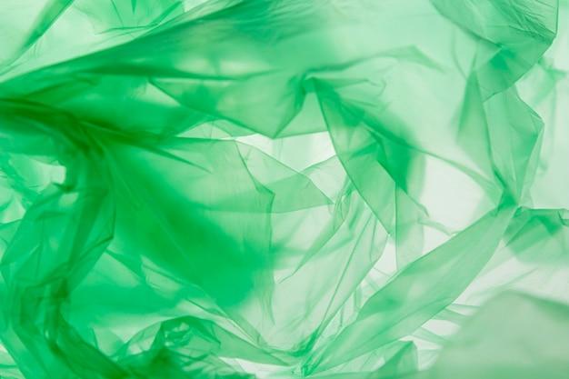 緑のビニール袋のフラットレイ配置