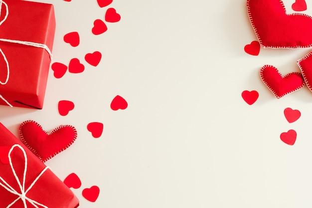 흰색에 빨간색 수제 펠트 하트와 선물 상자의 평면 배치 배열
