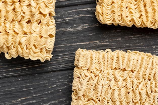 Disposizione piatta di noodles crudi
