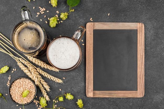 Disposizione piatta con birra e cornice