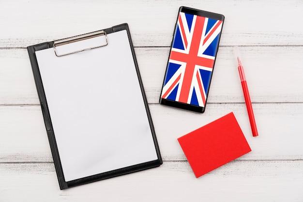 Плоская планировка с буфером обмена и смартфоном