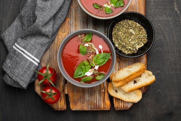 おいしい地元料理の食事とフラットレイアレンジメント