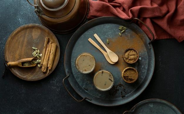 Плоская композиция с чайными стаканами на подносе