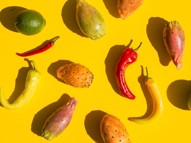 野菜と黄色の背景を持つフラットレイアウト配置