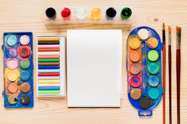 Плоские лежал инструменты художника на столе