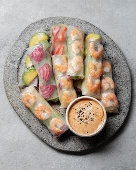 皿の上に平らなアジア料理を置く