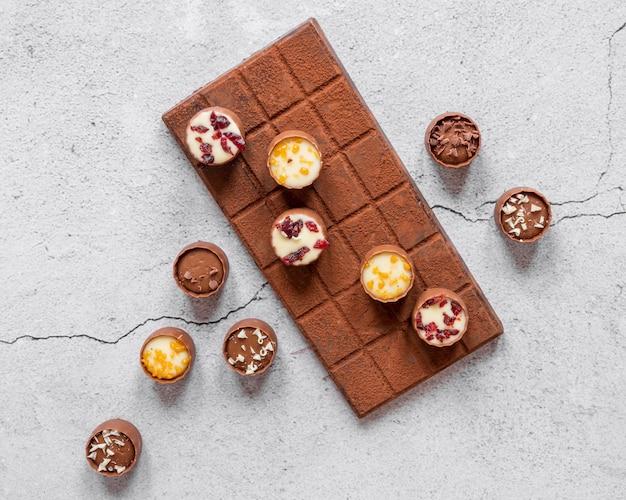 Assortimento piatto di deliziosi prodotti al cioccolato