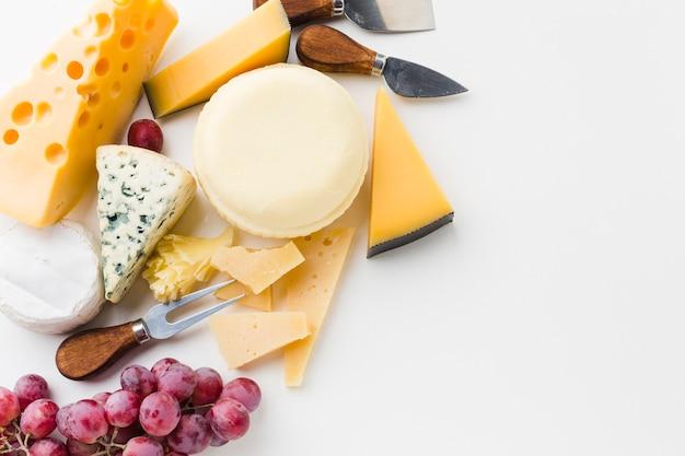 Assortimento piatto di formaggi gourmet con coltelli da formaggio Foto Gratuite